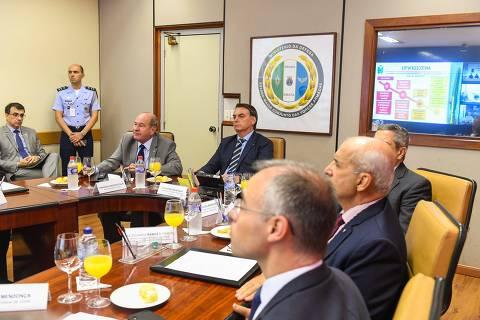 Bolsonaro se reúne com ministro da Defesa para discutir Exército no Ceará e adota silêncio