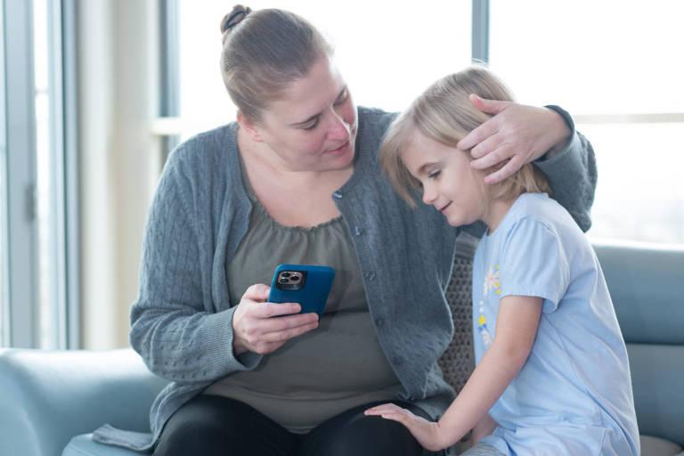 Rebecca Woods, que precisou decidir entre tratar o próprio dente ou pagar um tratamento médico para a filha, em Boston