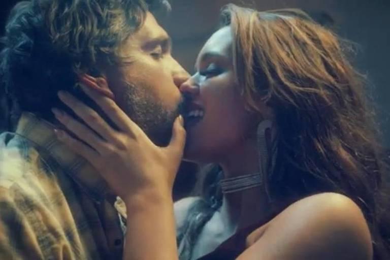 F5 - Música - Rafa Kalimann e Léo Chaves trocam beijos e se casam ...