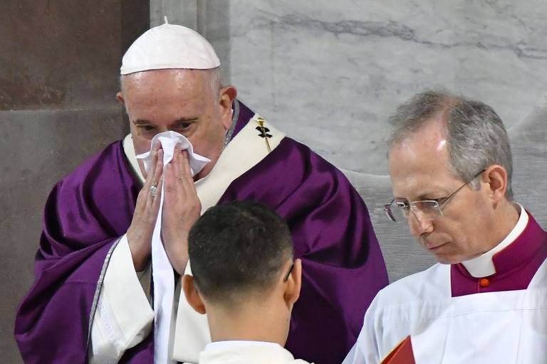 Na quarta (26), Papa Francisco limpa o nariz durante missa