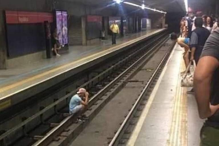 Homem nos trilhos do metrô