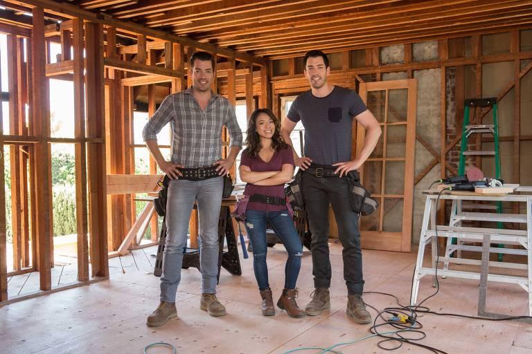 Os irmãos Jonathan e Drew Scott com Linda Phan