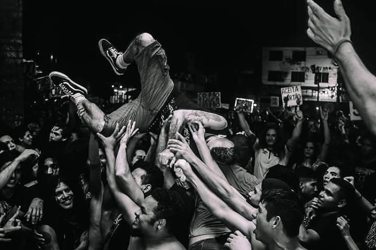 pessoas pulando durante show punk
