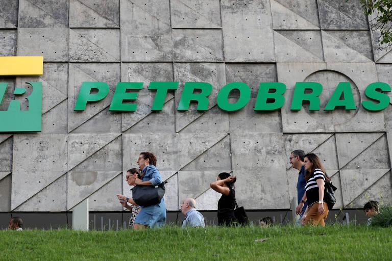 Pessoas em frente à sede da Petrobras no Rio; opção pela venda direta da Gaspetro, ao invés da oferta de ações, reduz incertezas em relação ao acordo de acionistas da subsidiária