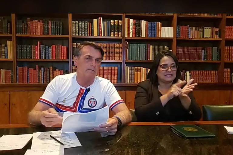 O presidente Jair Bolsonaro durante transmissão ao vivo nesta quinta-feira (27)