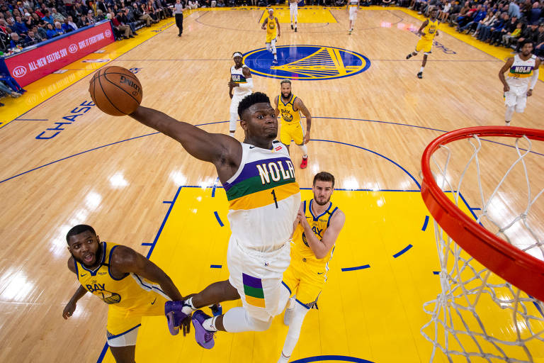 O ala Zion Williamson, do New Orleans Pelicans, enterra em partida da NBA contra o Golden State Warriors