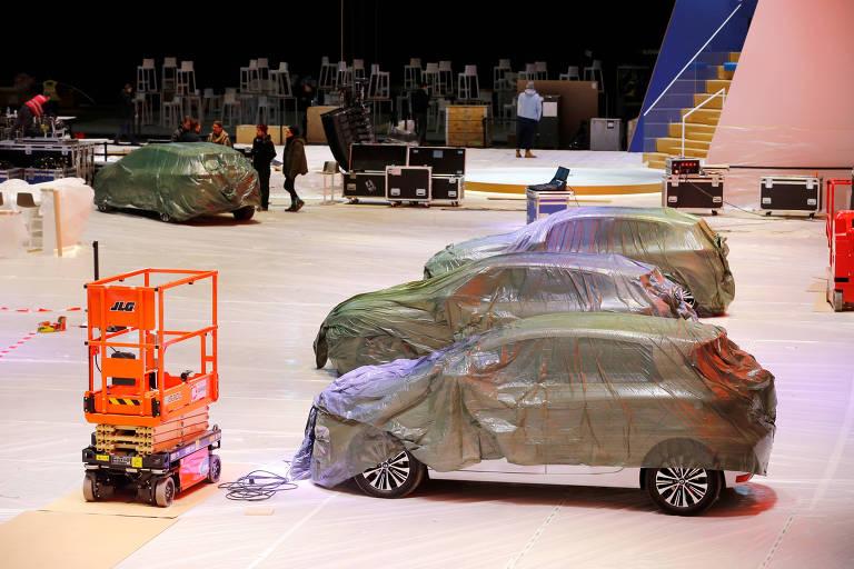 Retrato com dois carros de luxo encobertos