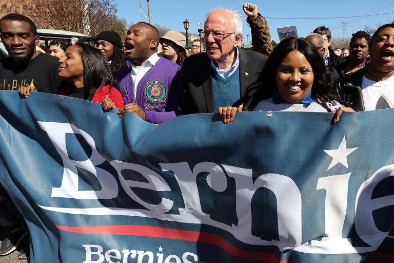 Bernie Sanders marcha com estudante que o apoiam na Universidade Estadual de Winston-Salem, no estado da Carolina do Norte (EUA), durante primárias democratas