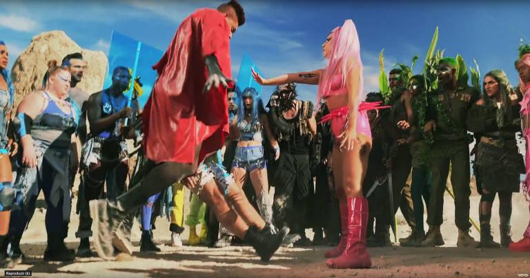 """Dançarinos e cantora Lady Gaga com vestes futuristas em cena do clipe """"Stupid Love"""""""