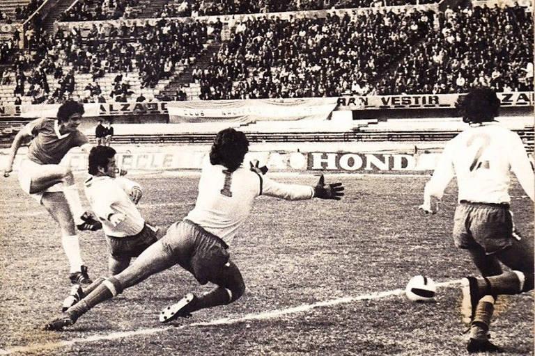 Julio Filippini (à esq.), do Defensor, chuta contra o gol do Nacional, em partida do Campeonato Uruguaio de 1976, no Estádio Centenário