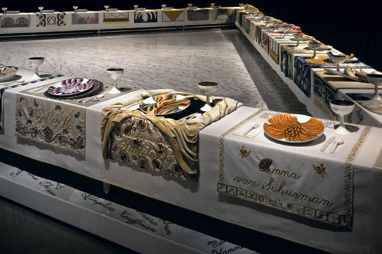 """Imagem da instalação """"The Dinner Party"""" (1974-79), de Judy Chicago, obra no acervo no Museu do Brooklyn"""