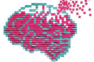 Reprodução de desenho de um cérebro feito por post-its