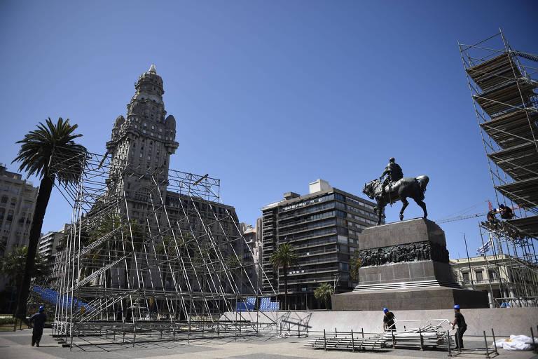 Funcionários trabalham na instalação de estrutura que será usada durante a cerimônia de posse de Luis Lacalle Pou na praça Independência, no centro de Montevidéu