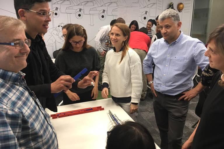 Dinâmica em grupo realizada pela consultoria Jinnyat, que promove treinamento corporativo com base em neurociência organizacional