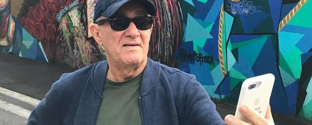 Renato Aragão faz uma selfie