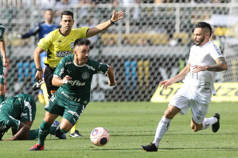 O jogador Willian, do Palmeiras, disputa bola com o jogador Pará, do Santos, durante partida válida pela oitava rodada do Campeonato Paulista, Série A1, no Estádio do Pacaembu