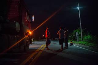 Caminhoneiros esperam abertura de trecho da BR-174 em Rorainópolis/RR