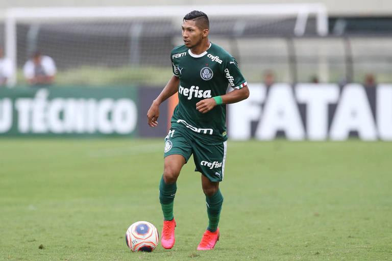 O jogador Rony, da SE Palmeiras, em jogo contra a equipe do Santos FC, durante partida válida pela oitava rodada, do Campeonato Paulista, Série A1, no Estádio do Pacaembu. (Foto: Cesar Greco)