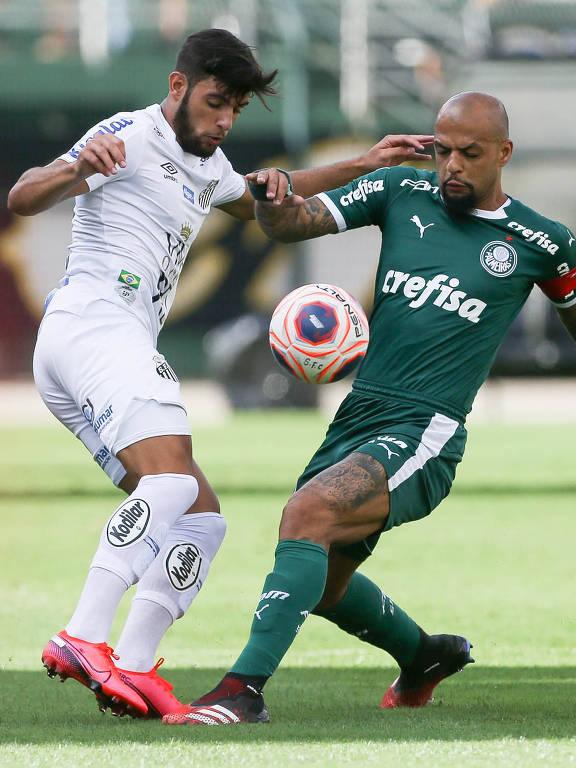Felipe Melo, do Palmeiras, disputa a bola com o atacante Yuri Alberto, do Santos, no empate sem gols no Pacaembu