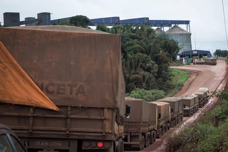 Caminhões fazem fila na chegada ao porto de Miritituba, no Pará, que teve o acesso facilitado pelo asfaltamento da BR-163