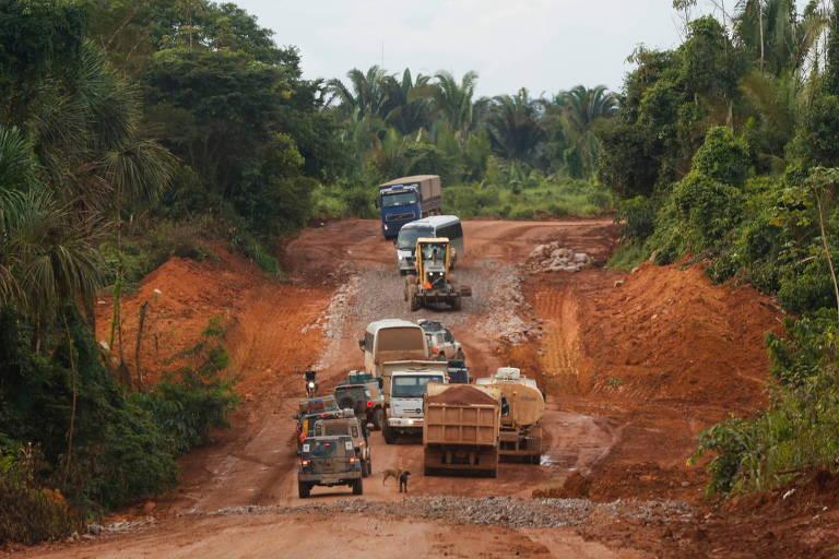 Reportagem da Folha publicada em 2017 mostra caminhões trafegando no trecho em obras da BR-163, próximo a Itaituba (PA), onde o atoleiro prendeu motoristas por semanas