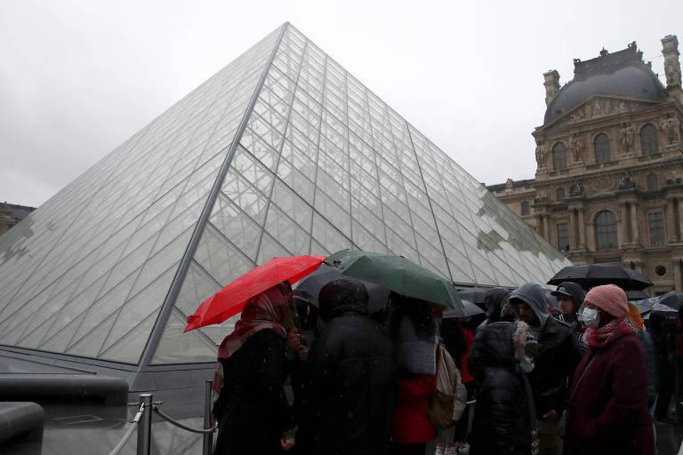 Pessoas aguardam em fila para entrar no Museu do Louvre, em Paris, após ser fechado temporariamente para reunião sobre coronavírus