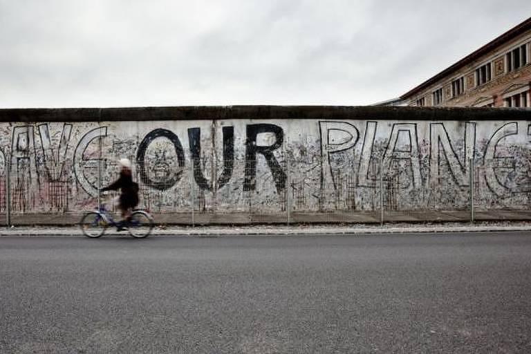 Um dos símbolos das duas Alemanhas, parte do Muro de Berlim foi derrubado quando o país comunista deixou de existir