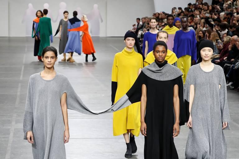 Modelos apresentam criações de Issey Miyake na Semana de Moda de Paris