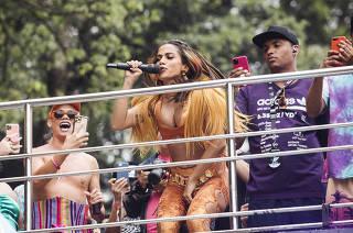 Mesmo debaixo de chuva, Anitta arrasta multidão e lota Ibirapuera em SP