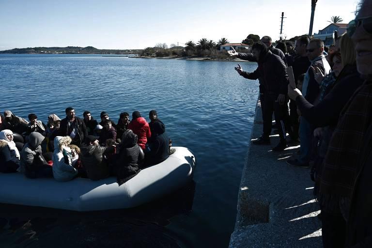Moradores gregos queimam centro de acolhida para impedir que refugiados o utilizem