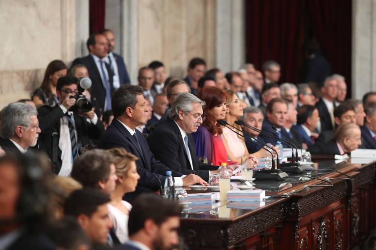 O presidente Alberto Fernández ao lado de sua vice, Cristina Kirchner (de vermelho), na abertura do ano legislativo na Argentina