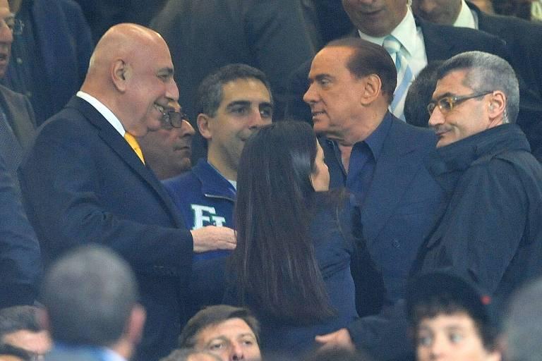 Silvio Berlusconi cumprimenta Adriano Galliani, que foi seu braço-direito no Milan, em jogo da equipe no San Siro