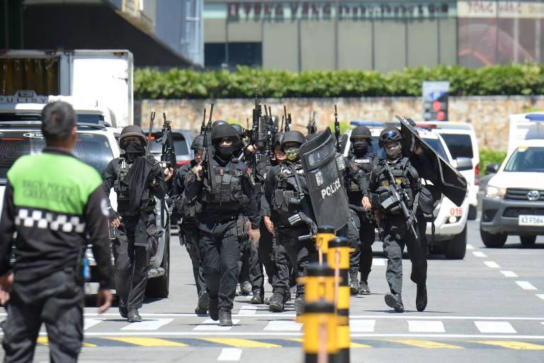 Segurança demitido de shopping nas Filipinas liberta reféns e se entrega
