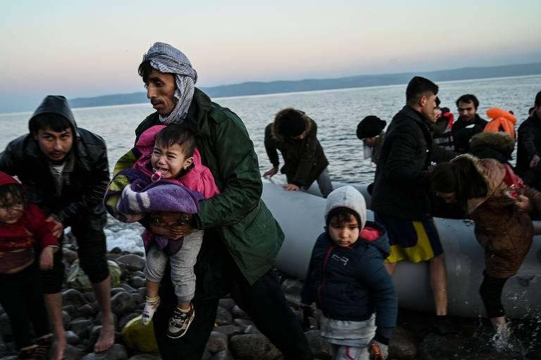 Criança morre após barco de imigrantes afundar na Grécia