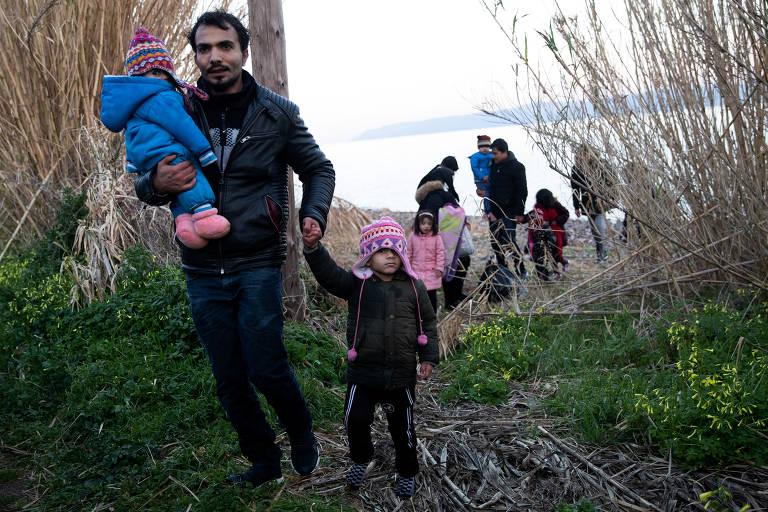 Imigrantes chegam à ilha grega de Lesbos