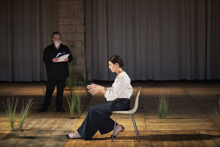 Mulher faz monologo sentada em frente a uma senhor com um prancheta