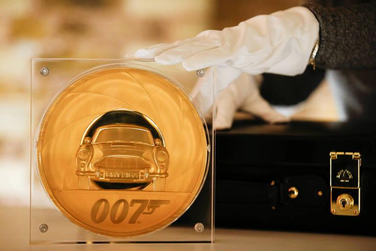 Moeda gigante feita em comemoração pelo 25º filme de James Bond
