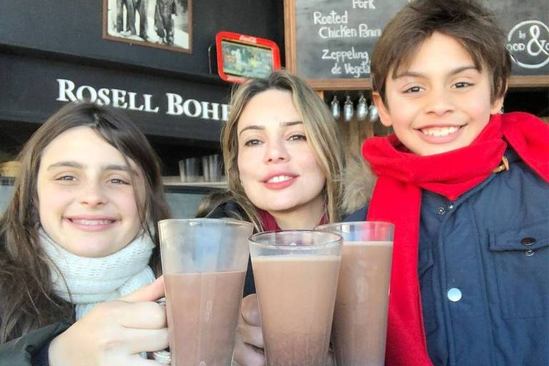 Rachel Sheherazade com os filhos Clara e Gabriel