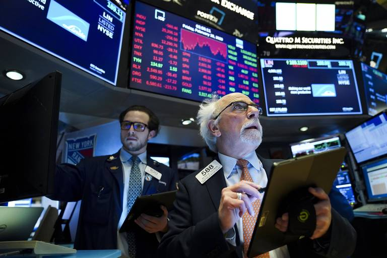 Operadores trabalham na Bolsa de Valores de Nova York