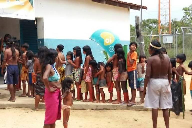 Fila para vacinação de crianças indígenas no Distrito Sanitário Especial Indígena Tocantins
