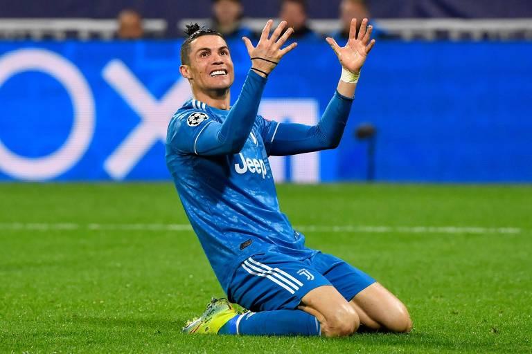 Cristiano Ronaldo fica de joelhos ao falhar em uma jogada