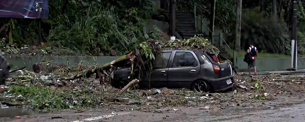 Carro destruído pelas chuvas desta madrugada na avenida Getúlio Vargas, em Santos
