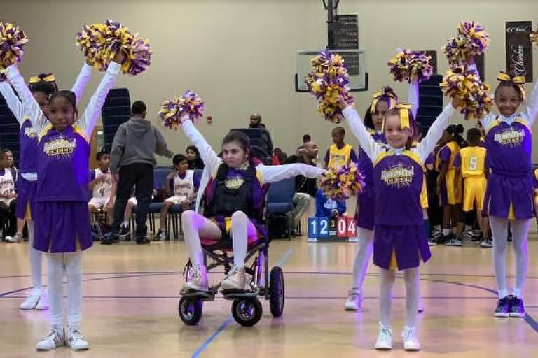 Após mais de dois anos de recuperação, Kiki voltou às quadras ao lado das antigas colegas na equipe de cheerleaders, desta vez em uma cadeira de rodas