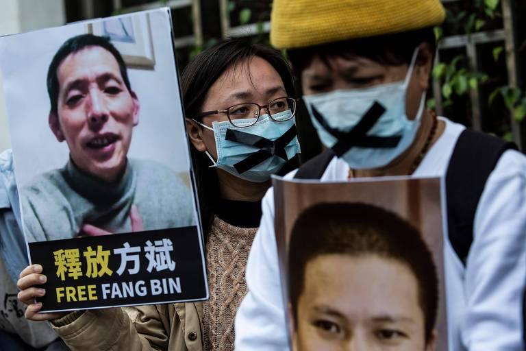Em protesto em Hong Kong, ativista pró-democracia segura placa com foto de Fang Bin, que sumiu depois de documentar o surto de coronavírus em Wuhan, na China