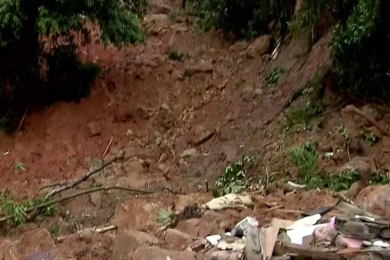 Chuva causa mortes e estragos na Baixada Santista