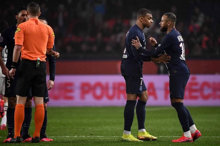 Mbappé tenta evitar que Neymar reclame com o árbitro após a expulsão contra o Bordeaux
