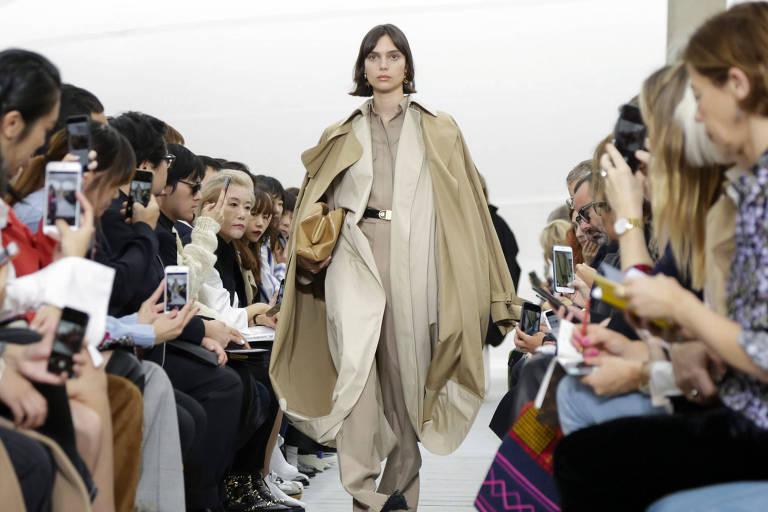 Modelo desfila com roupas desenhadas pelo estilista Hedi Slimane durante a Semana de Moda de Paris, em 2020