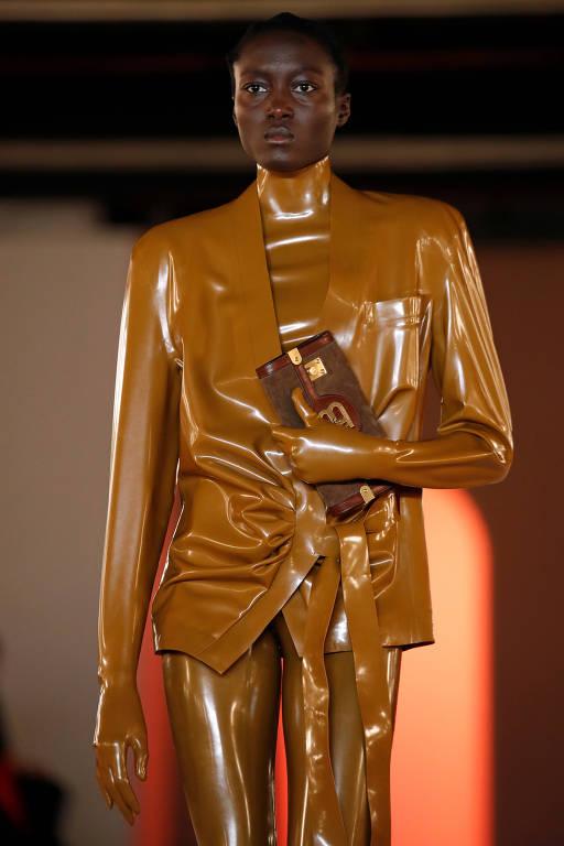 Modelo posa com criação de Olivier Rousteingem semana de moda de Paris, em 2020