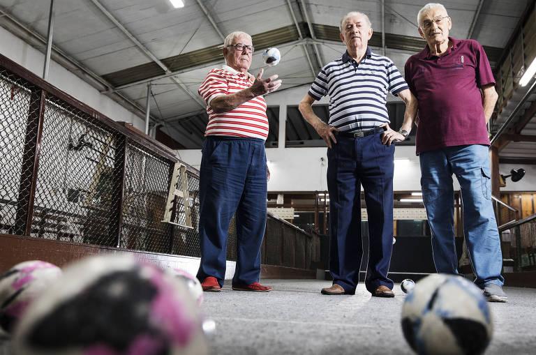Os frequentadores Hélio Garcia, 87, Pedro Segatti, 82 e Livio Alibero, 89