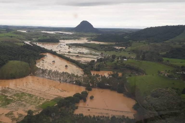 Vista aérea de inundação em Viana (ES), nesta segunda-feira (2)
